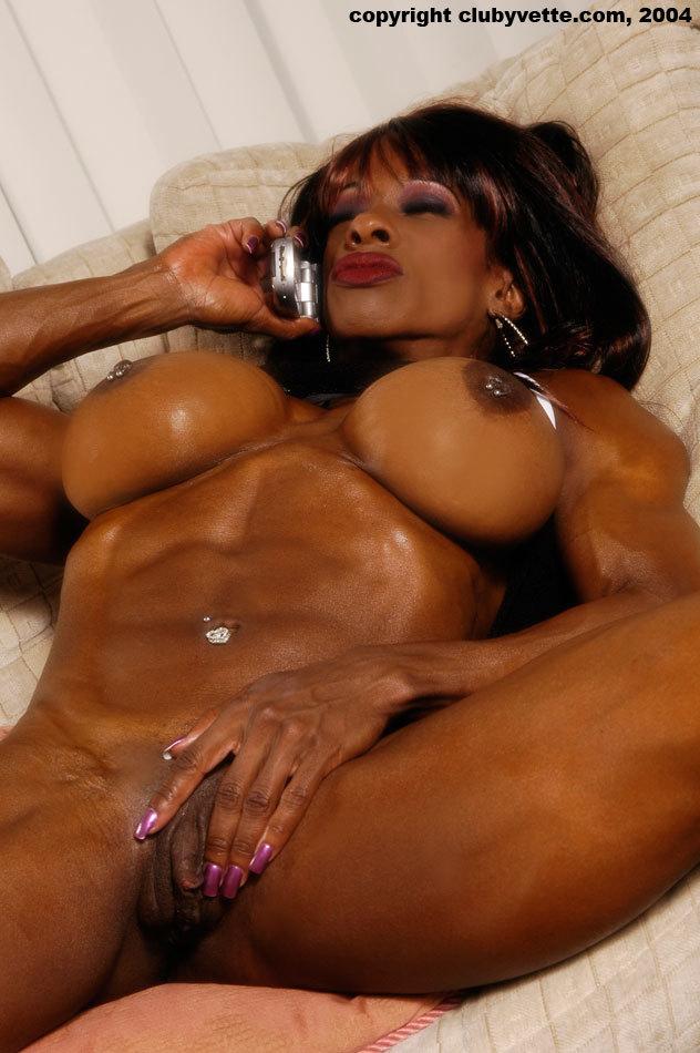 Negra madura musculosa y tetona