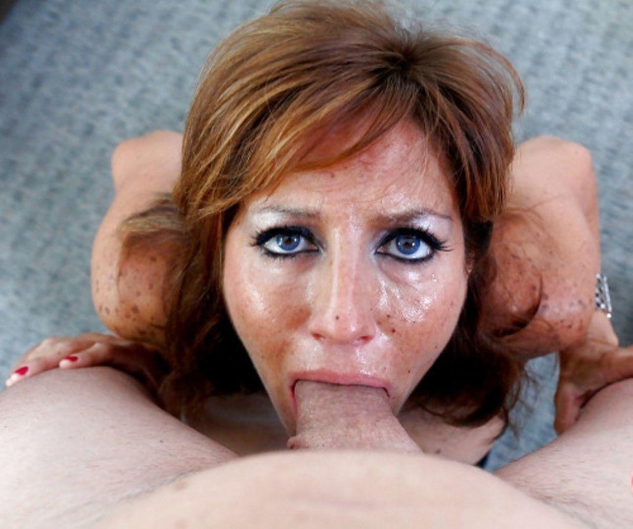 Взрослая дама глотает сперму фото