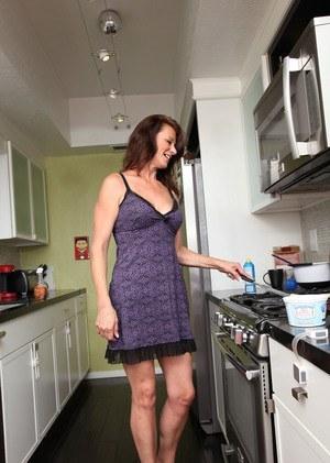 Mimi moore, una veterana que termina su desayuno desnuda.