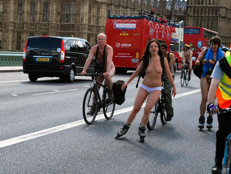 Nudistas en Bicicleta...